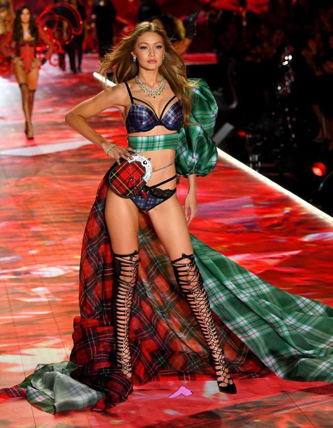 Victorias Secret Fashion Show 2018: Chị đại Adriana Lima bật khóc, nàng lọ lem Behati Prinsloo trở lại sàn diễn sau 2 lần sinh nở - Ảnh 20.