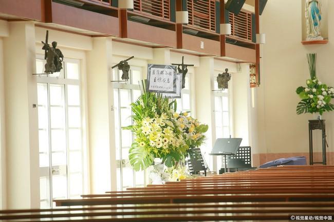 Những hình ảnh đầu tiên tại lễ tưởng niệm Lam Khiết Anh: Người hâm mộ xếp hàng từ sớm, bạn bè gửi hoa tiễn biệt - Ảnh 2.