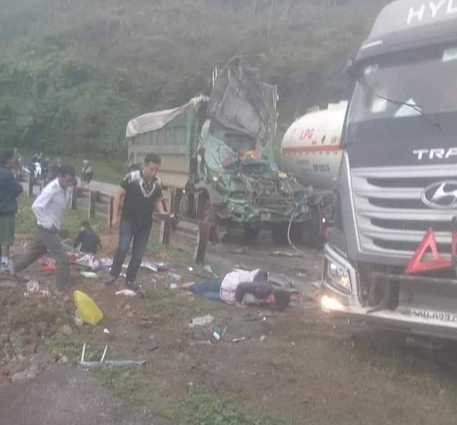Hòa Bình: Xe bồn chở xăng đâm nát xe tải, 2 người bị thương - Ảnh 2.