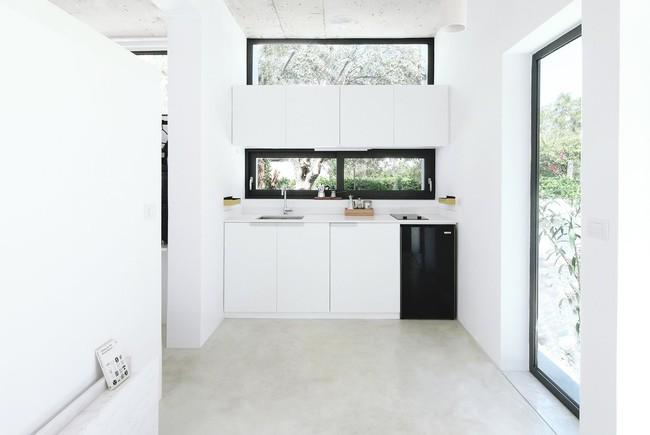Chỉ một màu trắng tinh khôi nhưng không hề nhạt nhoà, ngôi nhà 26m² này đã làm được điều đó một cách hoàn hảo - Ảnh 7.