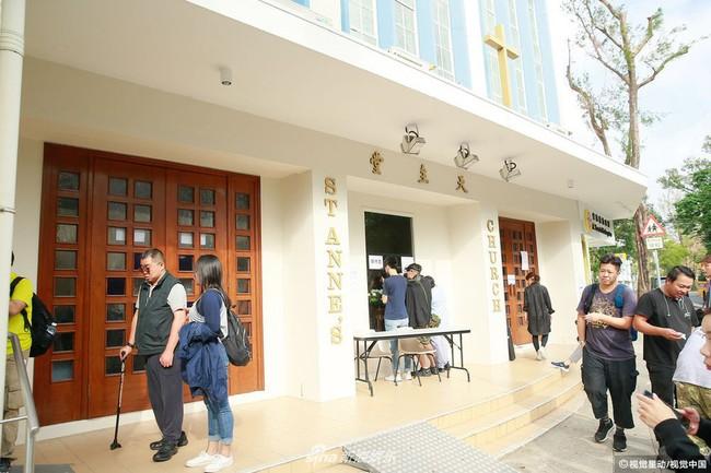 Những hình ảnh đầu tiên tại lễ tưởng niệm Lam Khiết Anh: Người hâm mộ xếp hàng từ sớm, bạn bè gửi hoa tiễn biệt - Ảnh 3.