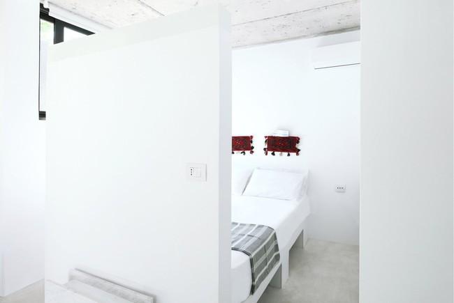 Chỉ một màu trắng tinh khôi nhưng không hề nhạt nhoà, ngôi nhà 26m² này đã làm được điều đó một cách hoàn hảo - Ảnh 4.