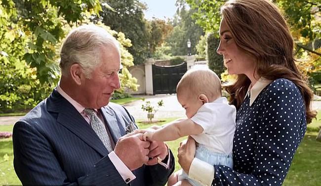 Rò rỉ hình ảnh mới nhất của Hoàng tử út Louis sau nhiều tháng mất tích khiến người hâm mộ phát sốt - Ảnh 1.