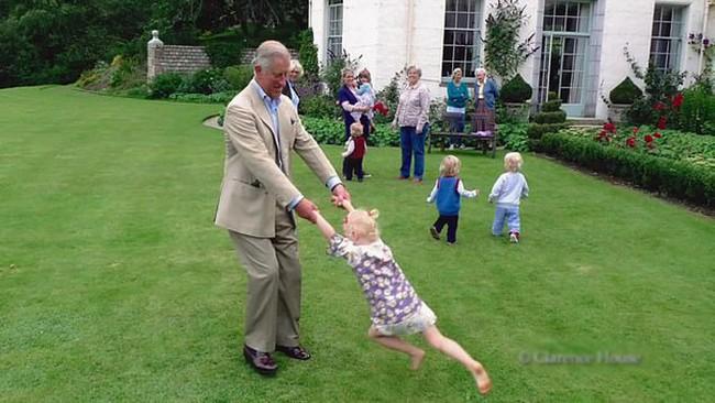 Rò rỉ hình ảnh mới nhất của Hoàng tử út Louis sau nhiều tháng mất tích khiến người hâm mộ phát sốt - Ảnh 2.