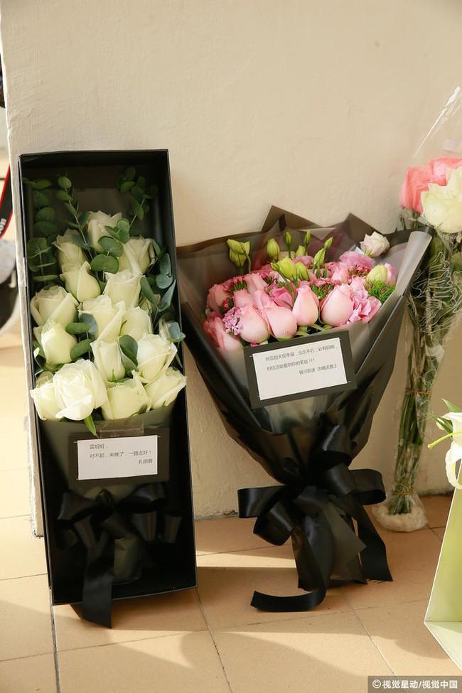 Những hình ảnh đầu tiên tại lễ tưởng niệm Lam Khiết Anh: Người hâm mộ xếp hàng từ sớm, bạn bè gửi hoa tiễn biệt - Ảnh 1.