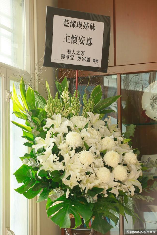 Những hình ảnh đầu tiên tại lễ tưởng niệm Lam Khiết Anh: Người hâm mộ xếp hàng từ sớm, bạn bè gửi hoa tiễn biệt - Ảnh 4.