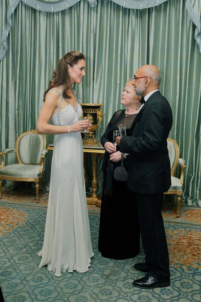 Ai cũng có nhược điểm vóc dáng và Công nương Kate cũng vậy, nhất là khi diện đầm trễ cổ hở vai thế này  - Ảnh 2.