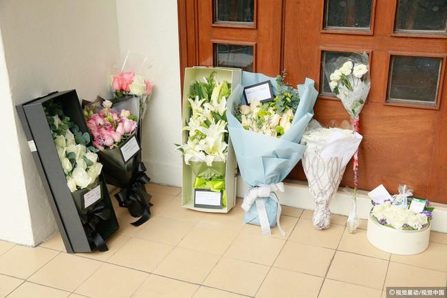 Những hình ảnh đầu tiên tại lễ tưởng niệm Lam Khiết Anh: Người hâm mộ xếp hàng từ sớm, bạn bè gửi hoa tiễn biệt - Ảnh 6.
