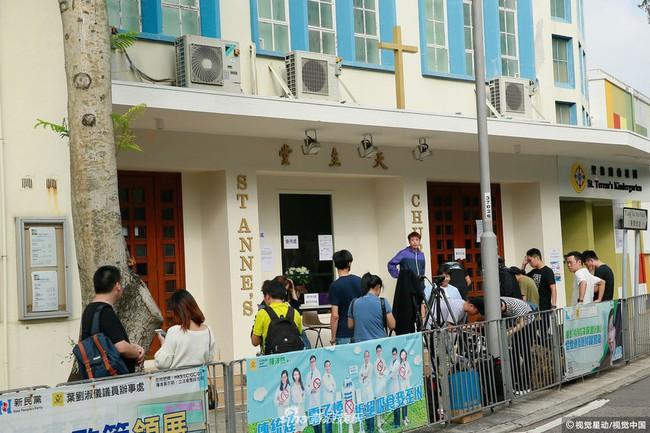 Những hình ảnh đầu tiên tại lễ tưởng niệm Lam Khiết Anh: Người hâm mộ xếp hàng từ sớm, bạn bè gửi hoa tiễn biệt - Ảnh 7.