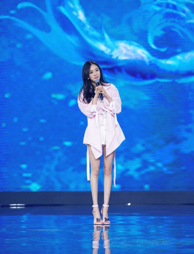 Dương Mịch - Lâm Tâm Như cạnh tranh sắc vóc: Hai bà bỉm sữa khoe chân dài tít tắp, trẻ trung như gái 18 - Ảnh 1.