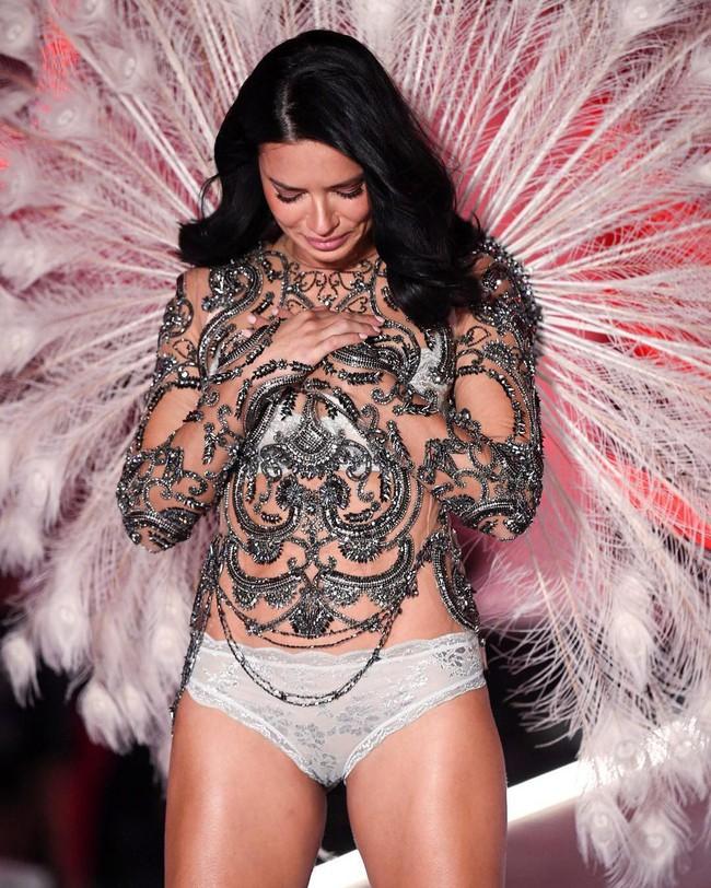 """Chia tay thiên thần khóc"""" Adriana Lima - cô gái dành cả thanh xuân để tỏa sáng trên sàn diễn Victorias Secret Fashion Show - Ảnh 1."""