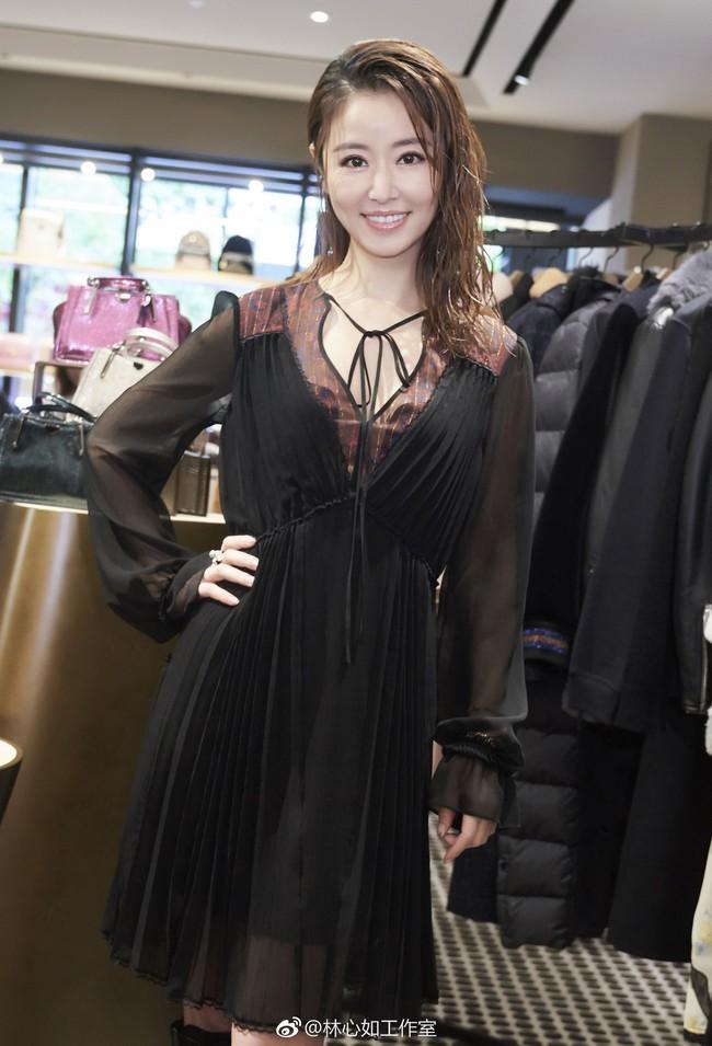 Dương Mịch - Lâm Tâm Như cạnh tranh sắc vóc: Hai bà bỉm sữa khoe chân dài tít tắp, trẻ trung như gái 18 - Ảnh 10.