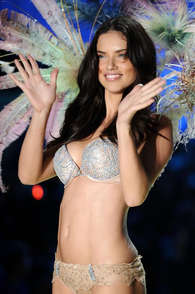 """Chia tay thiên thần khóc"""" Adriana Lima - cô gái dành cả thanh xuân để tỏa sáng trên sàn diễn Victorias Secret Fashion Show - Ảnh 17."""