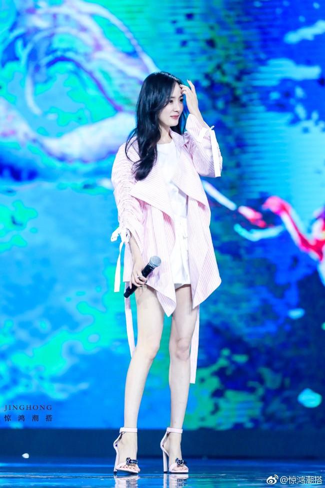 Dương Mịch - Lâm Tâm Như cạnh tranh sắc vóc: Hai bà bỉm sữa khoe chân dài tít tắp, trẻ trung như gái 18 - Ảnh 5.
