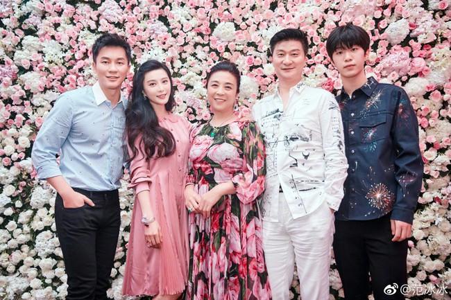 Tiết lộ hình ảnh cũ của gia đình Phạm Băng Băng, cư dân mạng khen ngợi: Nhan sắc nổi trội 3 đời - Ảnh 1.