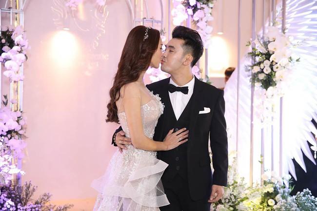 Bộ đầm cưới của vợ Ưng Hoàng Phúc chính là bộ đầm hầu như người đẹp Vbiz nào cũng từng diện một lần - Ảnh 2.
