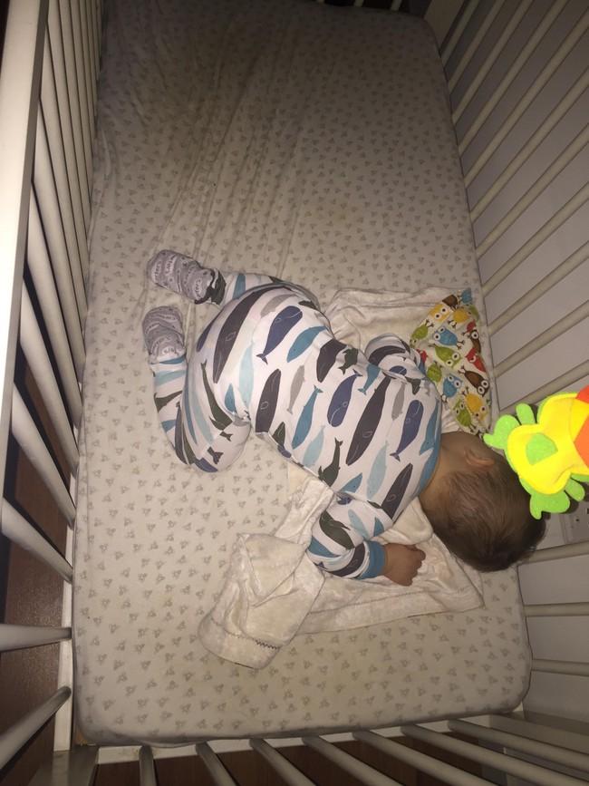 Cho con ngủ cũi từ khi lọt lòng, mẹ Việt mất đúng 1 tuần để luyện con tự ngủ từ 7 rưỡi tối đến sáng - Ảnh 4.