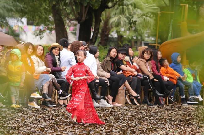 MC Phan Anh tất bật chuẩn bị đồ cho con gái, 4 mẹ con Hà Kiều Anh khép lại Tuần lễ thời trang trẻ em - Ảnh 6.