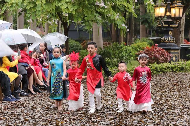 MC Phan Anh tất bật chuẩn bị đồ cho con gái, 4 mẹ con Hà Kiều Anh khép lại Tuần lễ thời trang trẻ em - Ảnh 7.