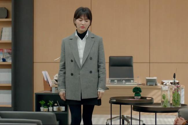 Lấy cảm hứng từ Song Hye Kyo, nàng công sở có ngay công thức layer áo cổ lọ + áo sơ mi chuẩn thanh lịch - Ảnh 2.