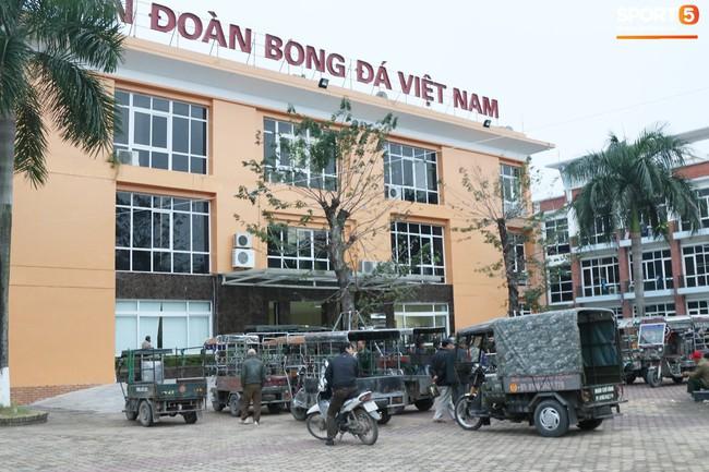 Người dân mắc võng, uống bia trước cửa Liên đoàn bóng đá Việt Nam chờ mua vé AFF Cup 2018 - Ảnh 1.