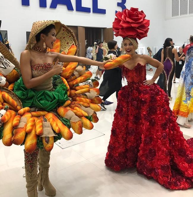 """H'Hen Niê tự tin trình diễn trang phục """"bánh mì"""" trên sân khấu Miss Universe 2018 - Ảnh 1."""