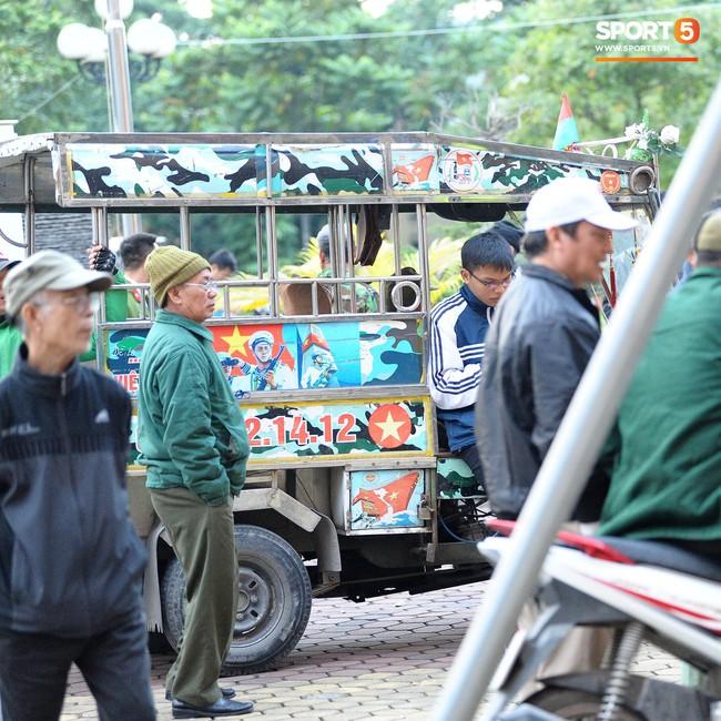 Người dân mắc võng, uống bia trước cửa Liên đoàn bóng đá Việt Nam chờ mua vé AFF Cup 2018 - Ảnh 7.