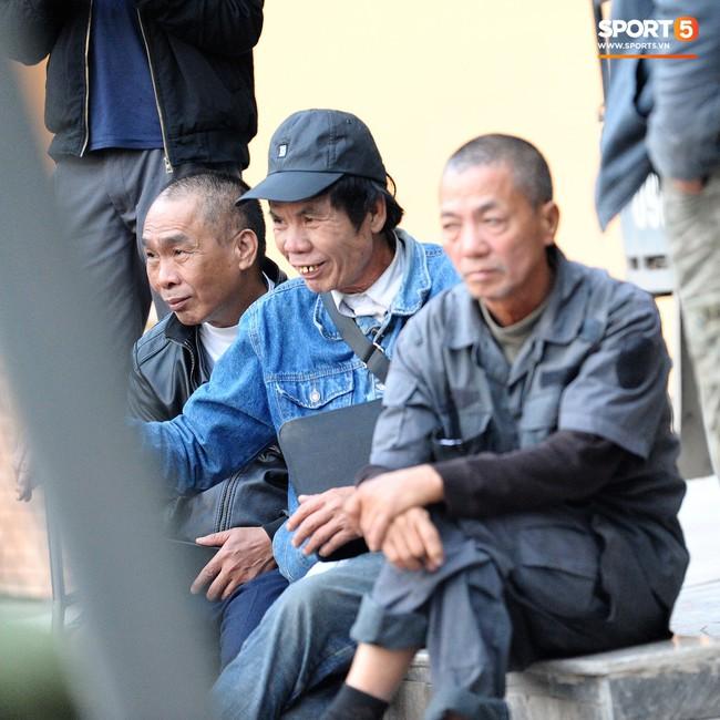 Người dân mắc võng, uống bia trước cửa Liên đoàn bóng đá Việt Nam chờ mua vé AFF Cup 2018 - Ảnh 9.
