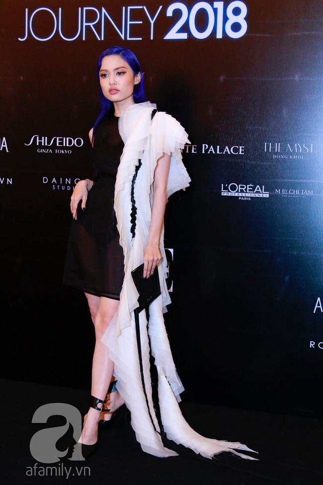Phạm Quỳnh Anh diện váy đen đầy quyến rũ, Mỹ Tâm nam tính góc cạnh với tóc nâu môi trầm trên thảm đỏ Elle - Ảnh 16.