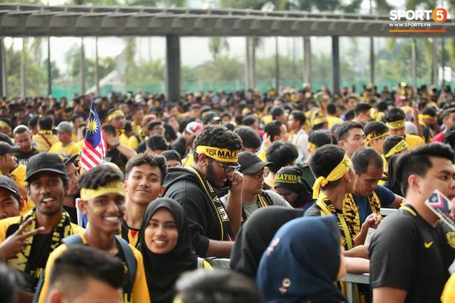 Vượt gió mưa, hàng nghìn cổ động viên có mặt tại sân Bukit Jalil tiếp lửa cho đội tuyển Việt Nam - Ảnh 1.