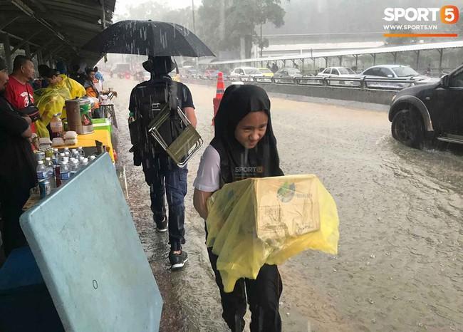 Vượt gió mưa, hàng nghìn cổ động viên có mặt tại sân Bukit Jalil tiếp lửa cho đội tuyển Việt Nam - Ảnh 10.