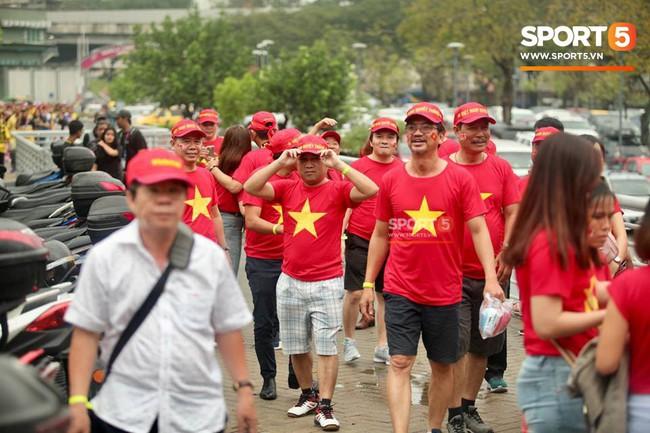Vượt gió mưa, hàng nghìn cổ động viên có mặt tại sân Bukit Jalil tiếp lửa cho đội tuyển Việt Nam - Ảnh 17.