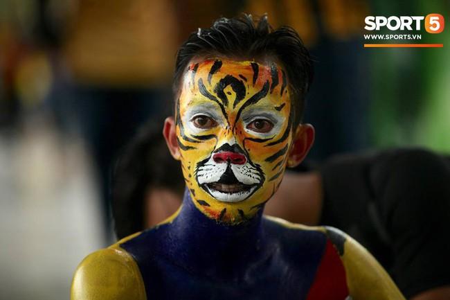 Vượt gió mưa, hàng nghìn cổ động viên có mặt tại sân Bukit Jalil tiếp lửa cho đội tuyển Việt Nam - Ảnh 21.