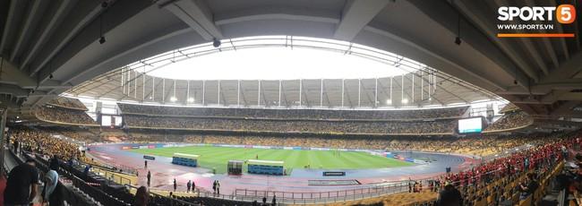 Vượt gió mưa, hàng nghìn cổ động viên có mặt tại sân Bukit Jalil tiếp lửa cho đội tuyển Việt Nam - Ảnh 23.