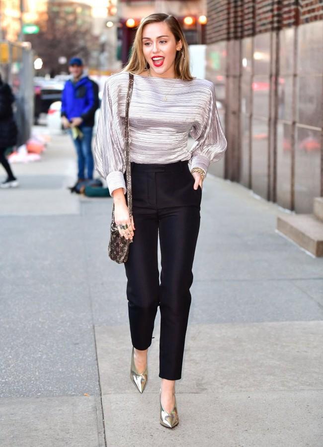 Đã ngày càng mặc đẹp thì chớ, Miley Cyrus còn copy phong cách của chính mình thuở còn chíp hôi dễ thương muốn xỉu - Ảnh 1.