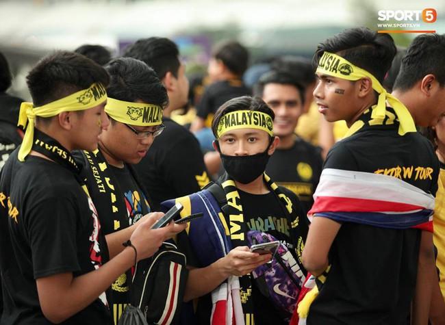 Vượt gió mưa, hàng nghìn cổ động viên có mặt tại sân Bukit Jalil tiếp lửa cho đội tuyển Việt Nam - Ảnh 2.