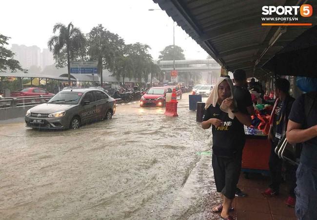 Vượt gió mưa, hàng nghìn cổ động viên có mặt tại sân Bukit Jalil tiếp lửa cho đội tuyển Việt Nam - Ảnh 11.