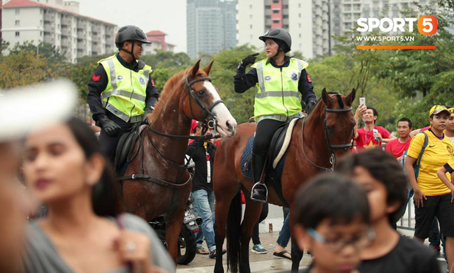 Vượt gió mưa, hàng nghìn cổ động viên có mặt tại sân Bukit Jalil tiếp lửa cho đội tuyển Việt Nam - Ảnh 20.