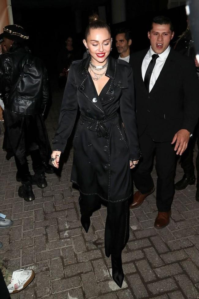 Đã ngày càng mặc đẹp thì chớ, Miley Cyrus còn copy phong cách của chính mình thuở còn chíp hôi dễ thương muốn xỉu - Ảnh 2.