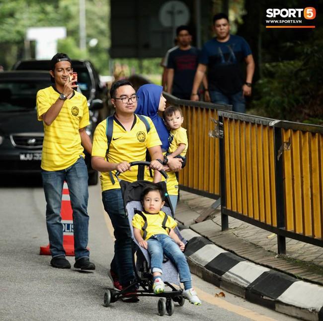 Vượt gió mưa, hàng nghìn cổ động viên có mặt tại sân Bukit Jalil tiếp lửa cho đội tuyển Việt Nam - Ảnh 3.