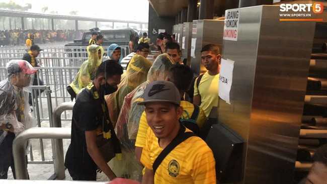 Vượt gió mưa, hàng nghìn cổ động viên có mặt tại sân Bukit Jalil tiếp lửa cho đội tuyển Việt Nam - Ảnh 4.