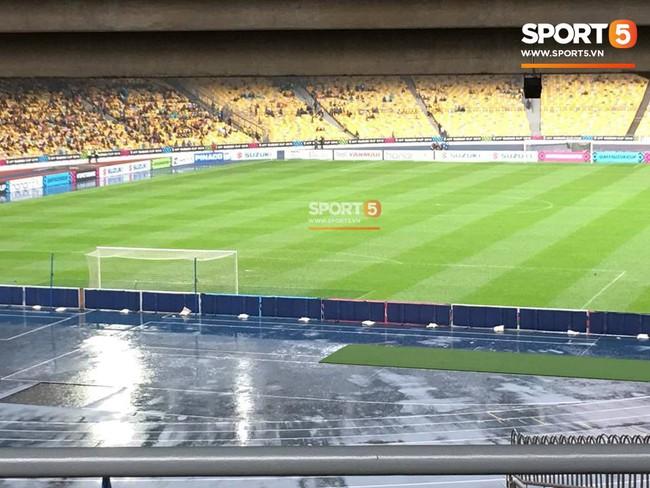 Vượt gió mưa, hàng nghìn cổ động viên có mặt tại sân Bukit Jalil tiếp lửa cho đội tuyển Việt Nam - Ảnh 13.