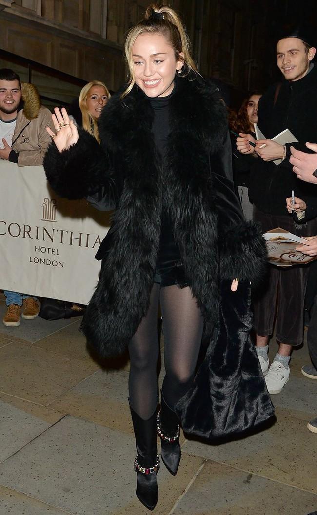 Đã ngày càng mặc đẹp thì chớ, Miley Cyrus còn copy phong cách của chính mình thuở còn chíp hôi dễ thương muốn xỉu - Ảnh 4.