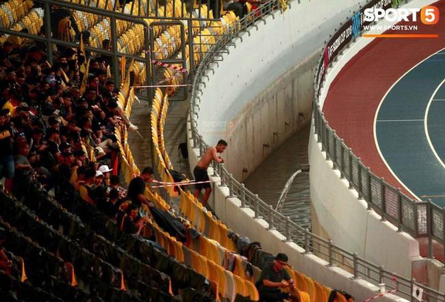 Vượt gió mưa, hàng nghìn cổ động viên có mặt tại sân Bukit Jalil tiếp lửa cho đội tuyển Việt Nam - Ảnh 14.