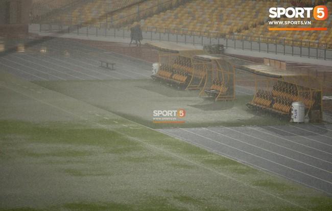 Vượt gió mưa, hàng nghìn cổ động viên có mặt tại sân Bukit Jalil tiếp lửa cho đội tuyển Việt Nam - Ảnh 6.