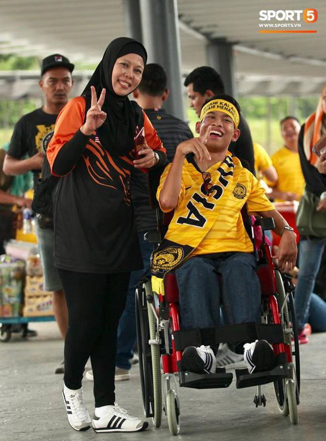Vượt gió mưa, hàng nghìn cổ động viên có mặt tại sân Bukit Jalil tiếp lửa cho đội tuyển Việt Nam - Ảnh 15.