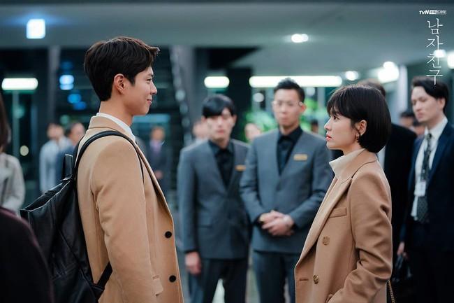 """Trong phim bị chê nghèo rớt, không xứng với """"chị tài phiệt"""" Song Hye Kyo nhưng Park Bo Gum toàn mặc đồ hiệu hết đấy - Ảnh 1."""