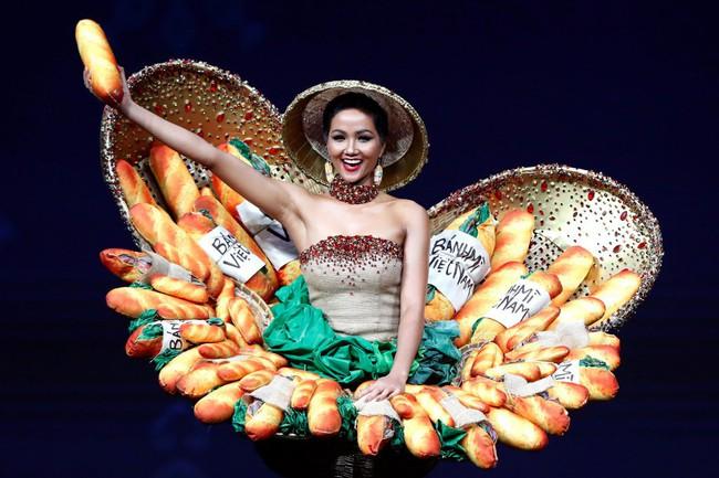 Báo Mỹ chỉ đích danh bộ Bánh mì của HHen Niê là một trong những trang phục dị nhất Miss Universe 2018 - Ảnh 2.
