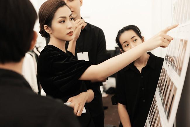 Hà Tăng ôm chặt Thanh Hằng trong hậu trường, nhận được nhiều ủng hộ khi ra mắt với tư cách NTK - Ảnh 3.