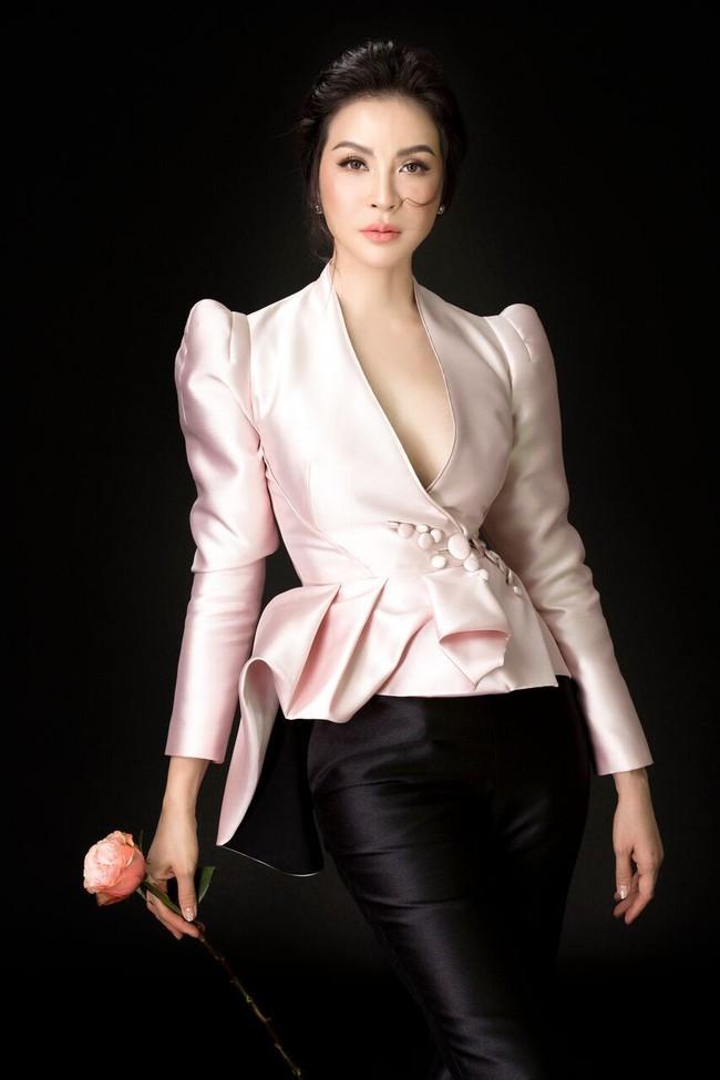 U50 Thanh Mai vẫn táo bạo diện chiếc áo mà ai mặc cũng phải dè chừng - Ảnh 2.